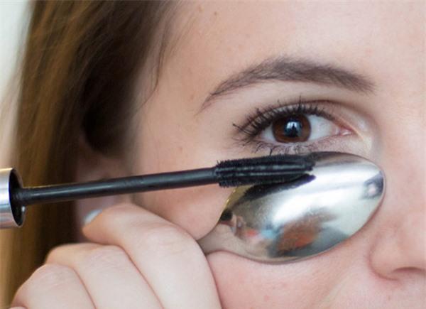 Nếu sợ sẽ làm mascara lem, bạn có thể dùng một chiếc thìa để lót