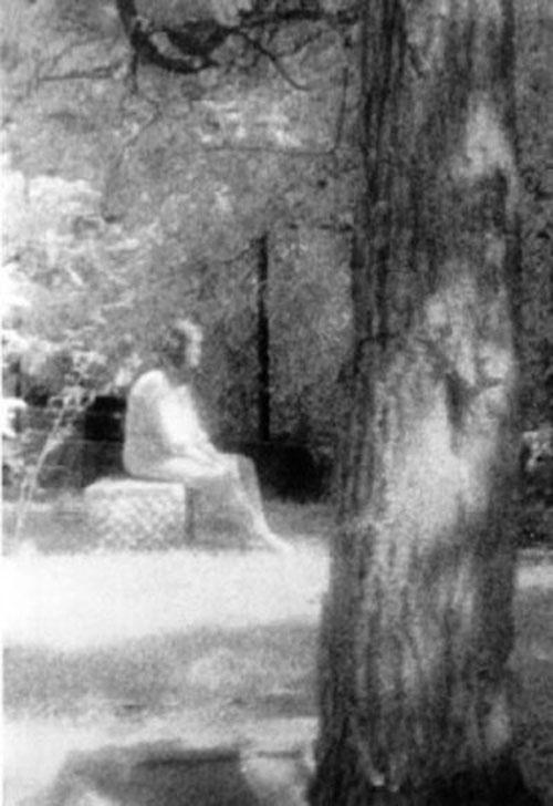 Bức ảnh muôn đời bí ẩn chụp người phụ nữ ngồi trên mộ tại nghĩa trang Bachelor's Grove ở Illinois, Mỹ ngày 10/8/1991 là câu hỏi lớn suốt nhiều năm qua. Nhiếp ảnh gia Mari Huff thuộc Hiệp hội Nghiên cứu Ma đã chụp bức ảnh trên cho thấy hình ảnh một phụ nữ đang ngồi trên ngôi mộ trong trang phục làm bằng vải khâm liệm, trong khi cơ thể có phần trong suốt. Nghĩa trang Bachelor's Grove là một trong những nơi ma ám nặng nhất nước Mỹ và cũng là nơi xuất hiện nhiều hiện tượng dị thường.