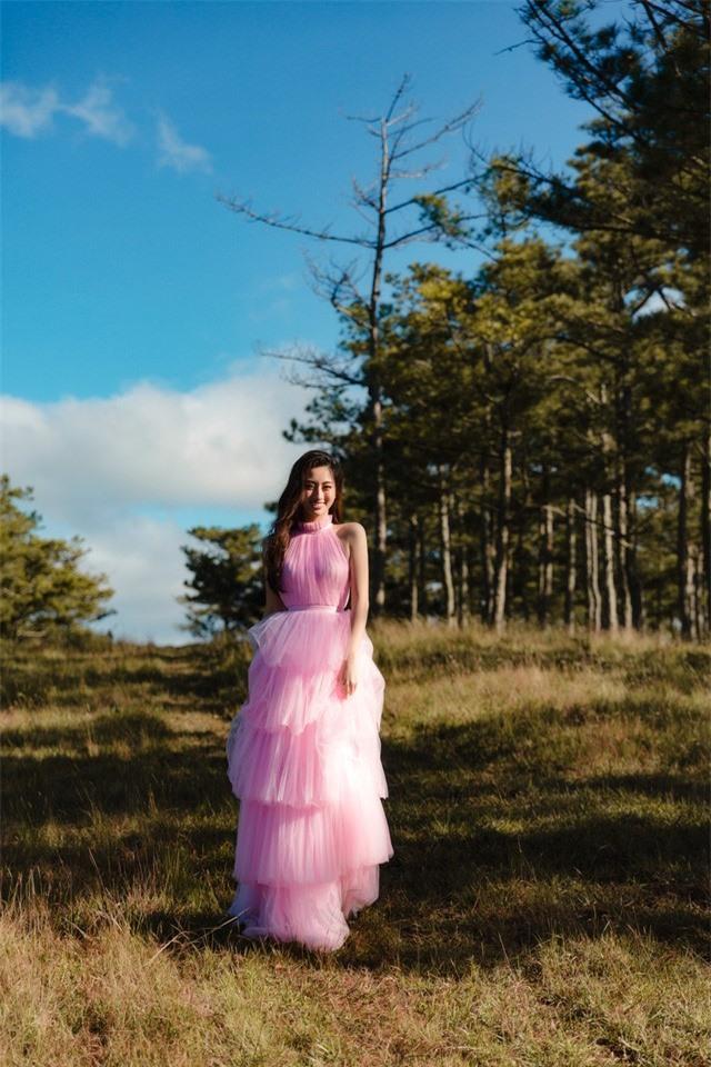"""Hậu Miss World, Lương Thùy Linh """"hóa nàng thơ"""" giữa đồi cỏ hồng Đà Lạt - Ảnh 1."""