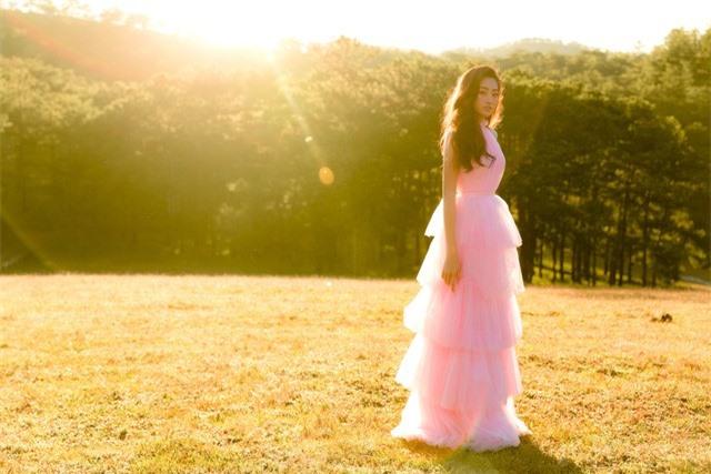 """Hậu Miss World, Lương Thùy Linh """"hóa nàng thơ"""" giữa đồi cỏ hồng Đà Lạt - Ảnh 10."""