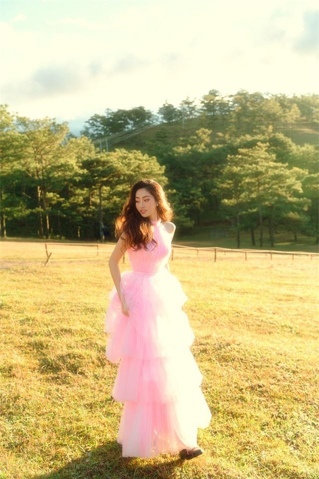 """Hậu Miss World, Lương Thùy Linh """"hóa nàng thơ"""" giữa đồi cỏ hồng Đà Lạt - Ảnh 11."""