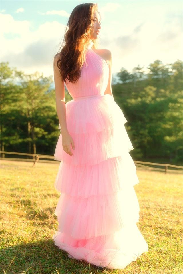 """Hậu Miss World, Lương Thùy Linh """"hóa nàng thơ"""" giữa đồi cỏ hồng Đà Lạt - Ảnh 12."""