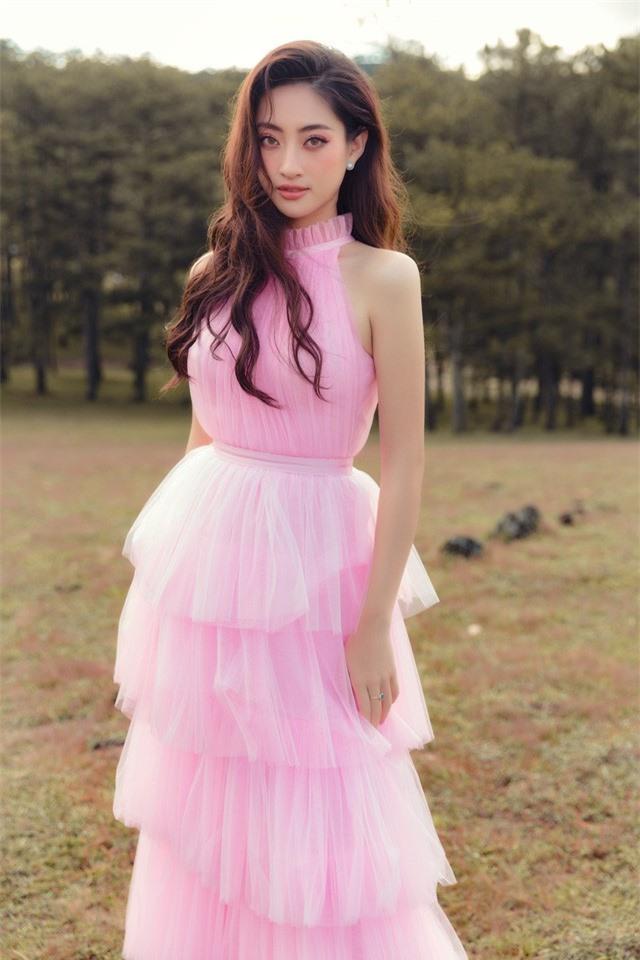 """Hậu Miss World, Lương Thùy Linh """"hóa nàng thơ"""" giữa đồi cỏ hồng Đà Lạt - Ảnh 2."""