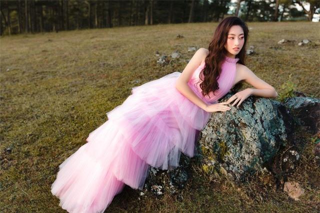 """Hậu Miss World, Lương Thùy Linh """"hóa nàng thơ"""" giữa đồi cỏ hồng Đà Lạt - Ảnh 3."""