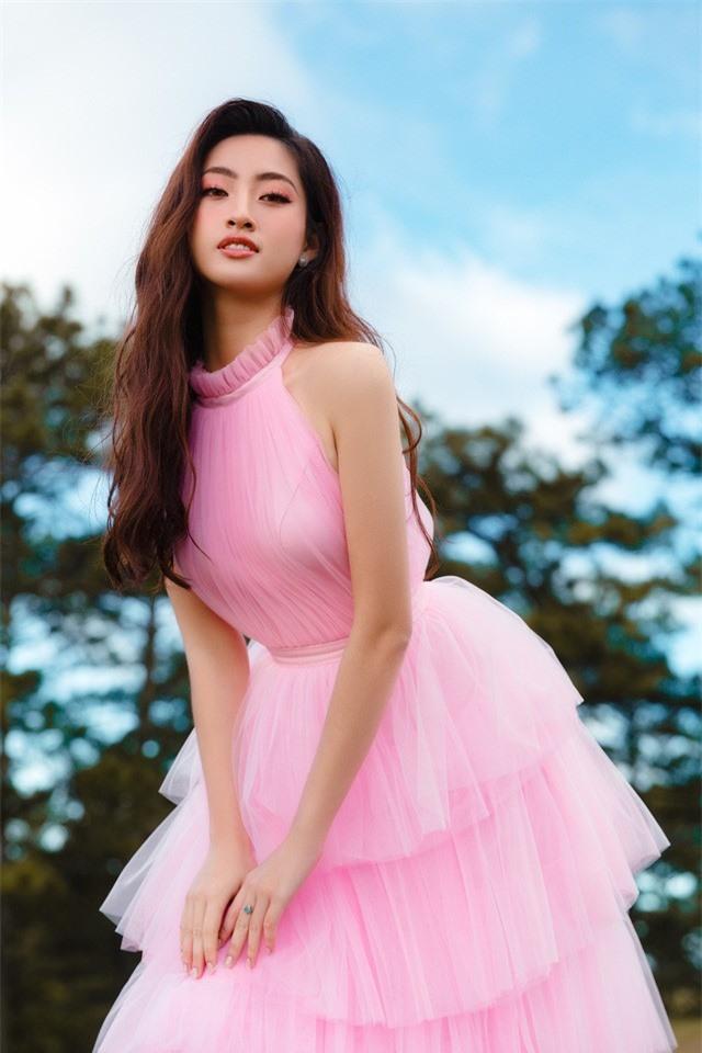 """Hậu Miss World, Lương Thùy Linh """"hóa nàng thơ"""" giữa đồi cỏ hồng Đà Lạt - Ảnh 4."""