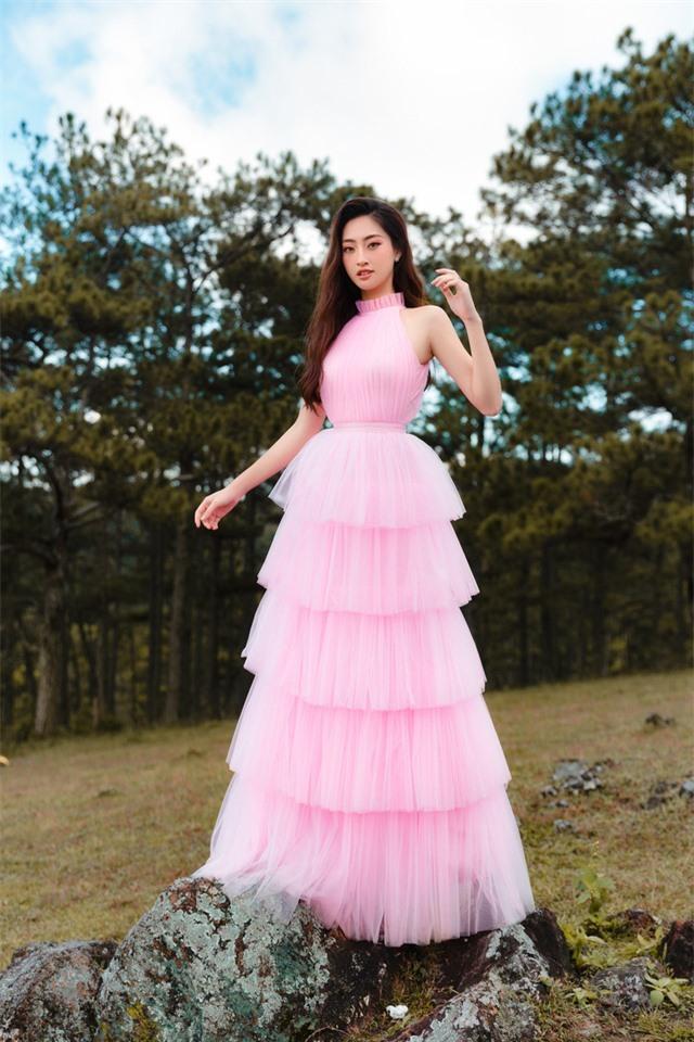 """Hậu Miss World, Lương Thùy Linh """"hóa nàng thơ"""" giữa đồi cỏ hồng Đà Lạt - Ảnh 5."""