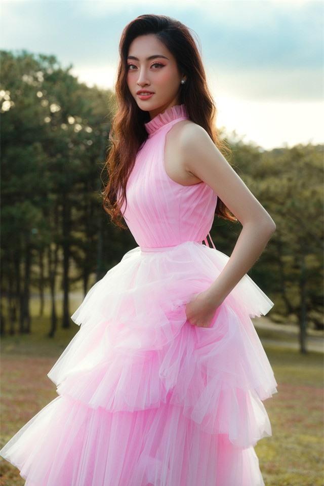 """Hậu Miss World, Lương Thùy Linh """"hóa nàng thơ"""" giữa đồi cỏ hồng Đà Lạt - Ảnh 6."""