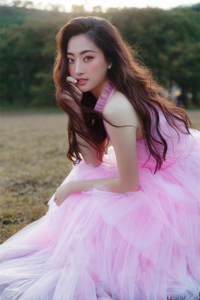 """Hậu Miss World, Lương Thùy Linh """"hóa nàng thơ"""" giữa đồi cỏ hồng Đà Lạt - Ảnh 7."""
