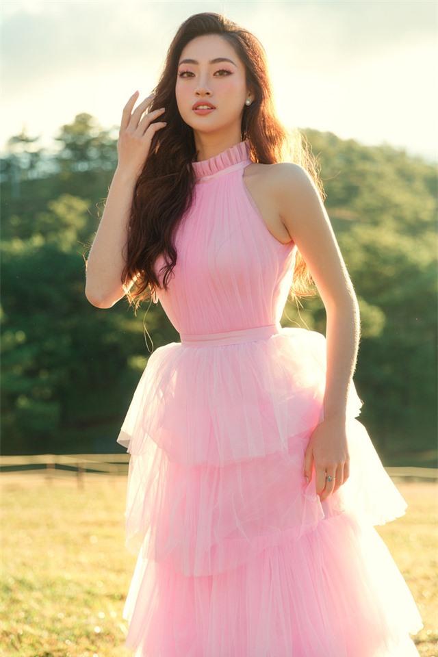 """Hậu Miss World, Lương Thùy Linh """"hóa nàng thơ"""" giữa đồi cỏ hồng Đà Lạt - Ảnh 8."""