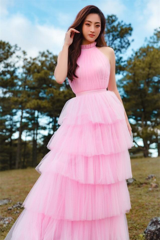 """Hậu Miss World, Lương Thùy Linh """"hóa nàng thơ"""" giữa đồi cỏ hồng Đà Lạt - Ảnh 9."""