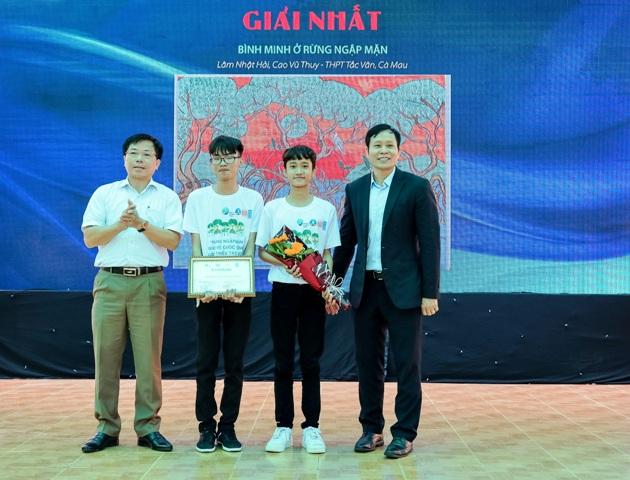 """Nhóm tác giả Lâm Nhật Hải - Cao Vũ Thuy (THPT Tắc Vân - Cà Mau) đạt giải nhất với tác phẩm """"Bình minh rừng ngập mặn""""."""