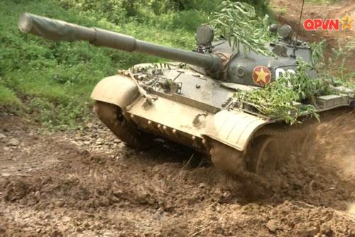 Hiện tại trong biên chế của lực lượng tăng thiết giáp Việt Nam đang có khoảng 200 chiếc xe tăng T-62. Dù đã có tuổi đời khá cao, tuy nhiên T-62 vẫn là loại vũ khí rất có uy lực khi sử dụng trong tay quân đội ta. Nguồn ảnh: QPVN.