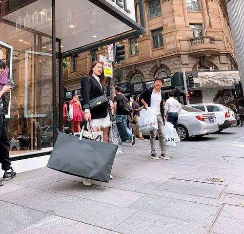 Nhã Phương và Trường Giang đi mua sắm tại Úc.