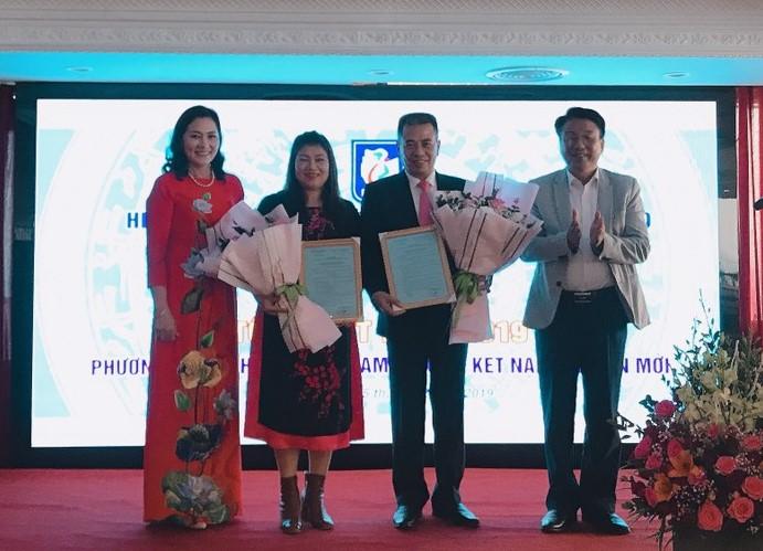 Chủ tịch HH DNNVV và Chi hội trưởng tỉnh trao quyết định kết nạp và tặng hoa chúc mừng hội viên mới.