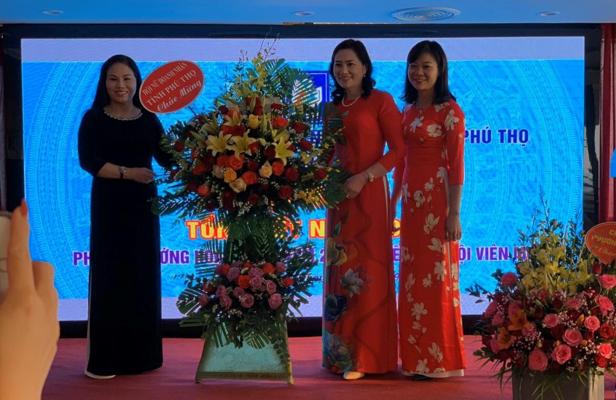 Chủ tịch Hội Nữ doanh nhân đất Tổ chúc mừng chi hội 2.