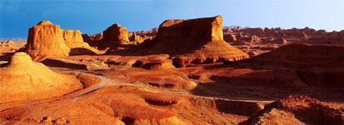 """Tại vùng Junggar Basin ở Tân Cương, Trung Quốc có một thành phố vô cùng đặc biệt bởi địa hình kỳ lạ của nó. Người ta đặt tên cho nơi đây là """" thành phố Quỷ"""", hay """"thành phố của những hang gió"""". Nơi này trải dài từ hơn 5km vùng Tây Bắc đến Đông Bắc, rộng 10km2, cao hơn mặt nước biển 350m. Những ngọn núi đá ở thành phố Quỷ biến nơi đây khi thì giống với đình đài nhà cổ, lúc lại tựa một ngôi mộ cổ xưa. Những lỗ châu mai và pháo đài trải đều khắp thành phố Quỷ."""