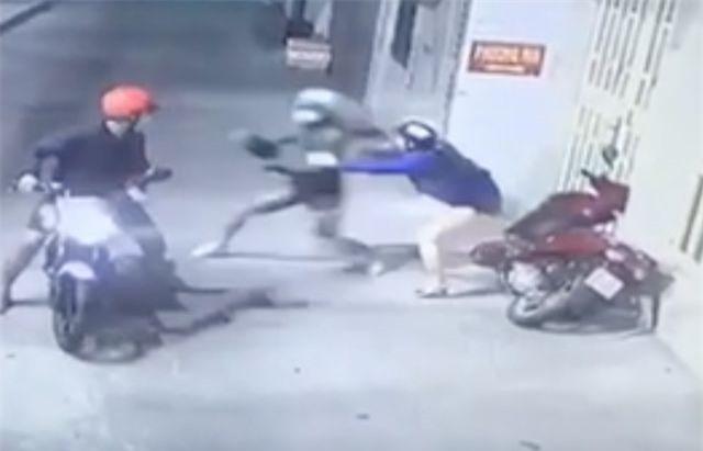 2 đối tượng dùng bình xịt hơi cay, cướp xe máy táo tợn ở TPHCM vừa sa lưới - 5