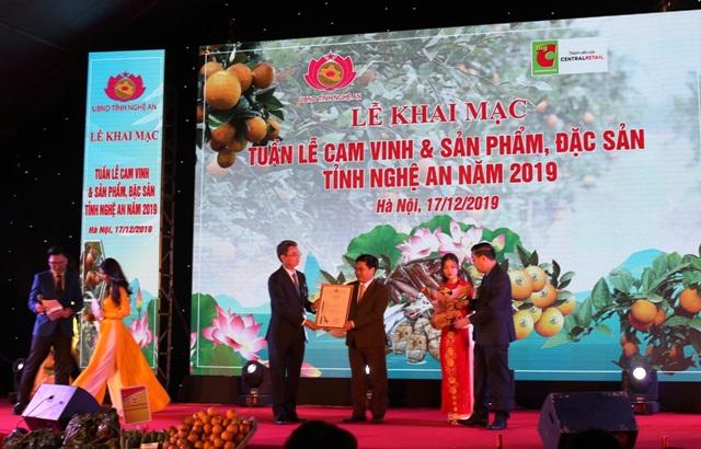 Cục Sở hữu trí tuệ trao văn bằng bảo hộ mở rộng Chỉ dẫn địa lý cam Vinh cho tỉnh Nghệ An. Ảnh: Xuân Hoàng