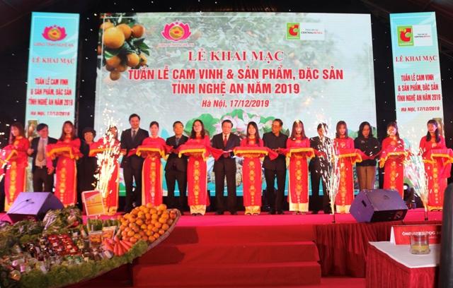 """Cắt băng lễ khai mạc """"Tuần lễ cam Vinh và sản phẩm, đặc sản Nghệ An tại Hà Nội năm 2019"""""""