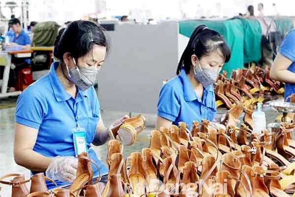 Da giày được đánh giá là một trong những mặt hàng sẽ có sự tăng tốc về giá trị xuất khẩu trong những năm tới Trong ảnh: Sản xuất tại Công ty TNHH Bình Tiên (Biti's), nhà máy Đồng Nai. Ảnh: Văn Gia