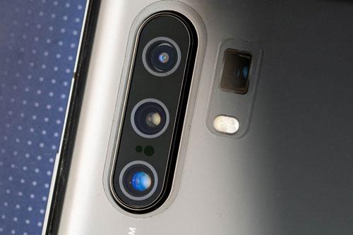 Vivo X30 Pro được trang bị 4 camera sau. Cảm biến chính 64 MP, khẩu độ f/1.8 cho khả năng lấy nét theo pha, lấy nét bằng laser, chống rung quang học (OIS). Ống kính tele thứ nhất 13 MP, f/3.0 cho khả năng zoom quang học 5x. Ống kính tele thứ hai 32 MP, f/2.0 cho khả năng zoom quang học 2x. Cảm biến thứ ba 8 MP, f/2.2 cho góc rộng 108 độ. Bộ tứ này được trang bị đèn flash LED 2 tông màu, quay video 4K.