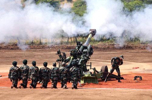 Mới đây, Ấn Độ đã bắt đầu bắn thử nghiệm loại lựu pháo M777 với đạn dẫn đường bằng vệ tinh được nước này mua từ Mỹ hồi đầu năm 2019 này. Vụ thử nghiệm xảy ra ngay ở trường bắn Pokhran gần biên giới Pakistan. Nguồn ảnh: Rumil.