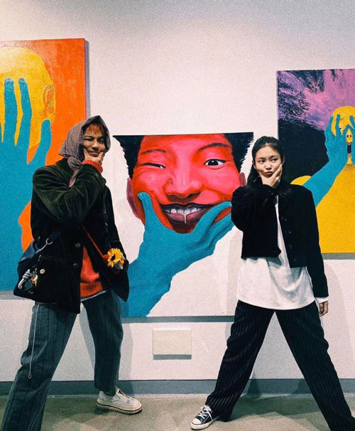 Jennie đến ủng hộ triển lãm tranh của người anh Song Minho nè.