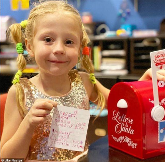 """Bé gái Nga 5 tuổi kiếm 18 triệu USD/năm nhờ làm video """"vlog"""" - 1"""