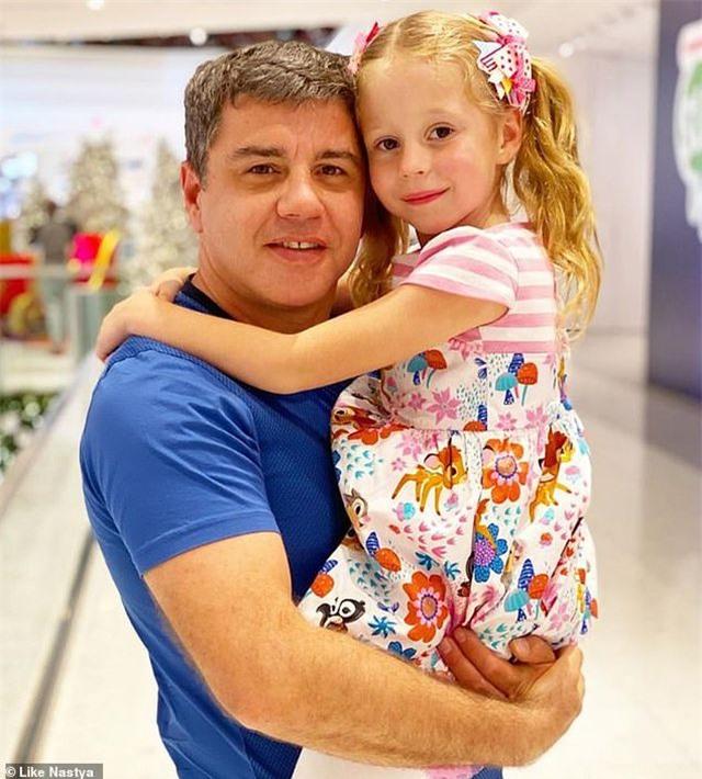 """Bé gái Nga 5 tuổi kiếm 18 triệu USD/năm nhờ làm video """"vlog"""" - 2"""