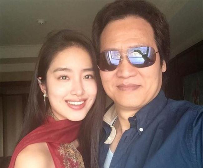 Rộ tin cha nuôi Lưu Diệc Phi đã kết hôn với tình trẻ kém 30 tuổi - Ảnh 3.