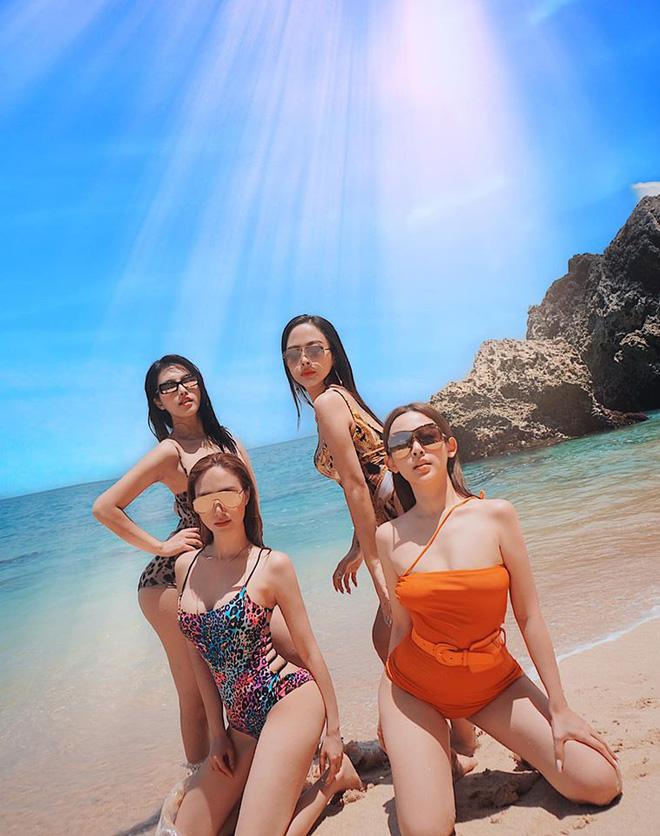 Gần đây, khi đăng tải những bức ảnh chụp trong chuyến du lịch Bali, ngoại hình nóng bỏng của 3 chị em Huyền Baby gây chú ý. Tuy nhiên, cô bạn thân của Huyền Baby là Hạnh Sino cũng sexy không kém.