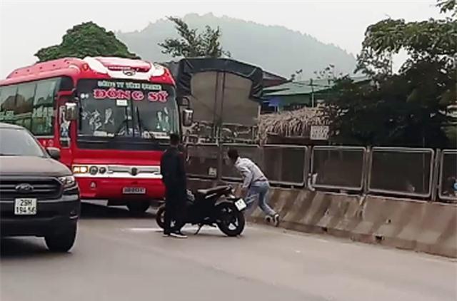 Hai thanh niên đập vỡ kính, truy đuổi xe khách hàng chục km - 1