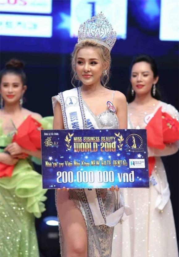 """thoi ngan 98, """"co dau 62 tuoi cao bang"""" di thi hoa hau: loan """"mua danh ban sac"""" hinh anh 2"""