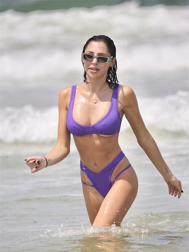 Siêu mẫu 9x quá quyến rũ với bikini tím, đẹp như mộng trên biển - ảnh 2