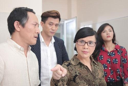 NSND Lan Hương (đeo kính) trong phim Ngược chiều nước mắt.
