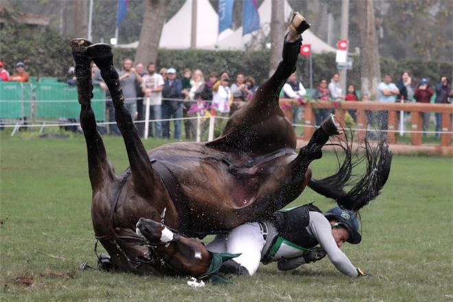 22 bức ảnh thể thao ấn tượng nhất năm 2019: Từ cú ngã ngựa khiến VĐV gãy tay, gãy xương sườn đến bàn thắng thực hiện nên lịch sử ở World Cup - Ảnh 4.
