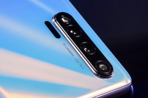 Huawei Nova 6 sở hữu 4 camera sau. Trong đó, cảm biến chính 40 MP, khẩu độ f/1.8 cho khả năng lấy nét theo pha, lấy nét bằng laser. Ống kính tele 8 MP, f/2.4 hỗ trợ chống rung quang học (OIS) và cảm biến góc siêu rộng 8 MP, f/2.4. Bộ ba này được trang bị đèn flash LED, quay video 4K tốc độ 60 khung hình/giây.