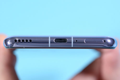 Loa ngoài, cổng USB Type-C, mic thu âm thứ 2 và khay SIM dưới cạnh đáy.