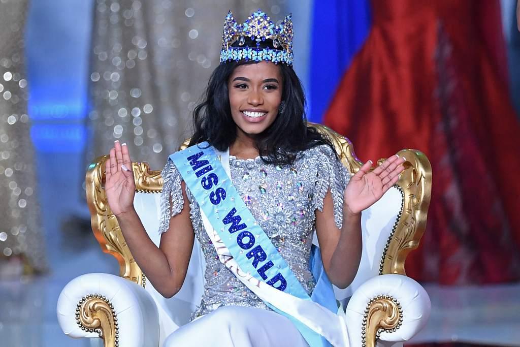 """Toni-Ann Singh - người đẹp Jamaica xuất sắc vượt qua 119 mỹ nhân đăng quang Miss World 2019. Chiến thắng lần này của Toni-Ann Singh đã giúp Jamaica tiếp tục giữ vững phong độ trên đấu trường nhan sắc quốc tế lớn nhất hành tinh. Là một trong những hoa hậu Jamaica sở hữu nhan sắc và vóc dáng hoàn hảo, ngay từ thời điểm đăng quang tại quê nhà để giành quyền đại diện """"chinh chiến"""" Miss World 2019, cô nàng đã được fan quốc tế và các chuyên trang nhan sắc đánh giá cao."""