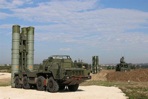 Tổ hợp tên lửa phòng không S-400 đặt tại căn cứ Hmeimim đã được đặt trong tình trạng báo động