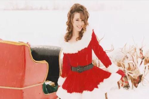 "Mariah trong một cảnh của MV ""All I Want for Christmas Is You""."