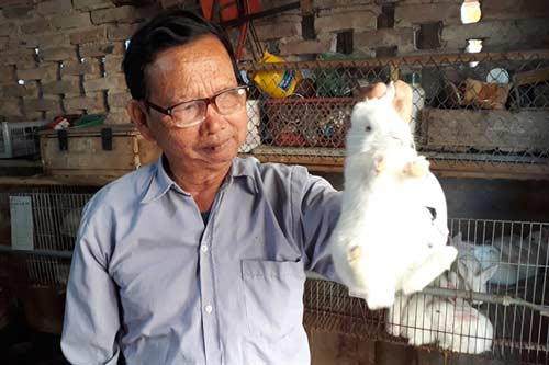 Ông Phan chia sẻ kỹ thuật nuôi thỏ.