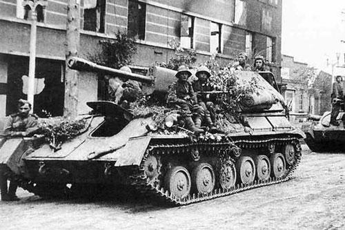 Theo tài liệu được công bố, năm 1960, Liên Xô đã cung cấp cho Việt Nam một số pháo tự hành chống tăng SU-76 cùng xe tăng hạng trung T-34-85. Đây là những