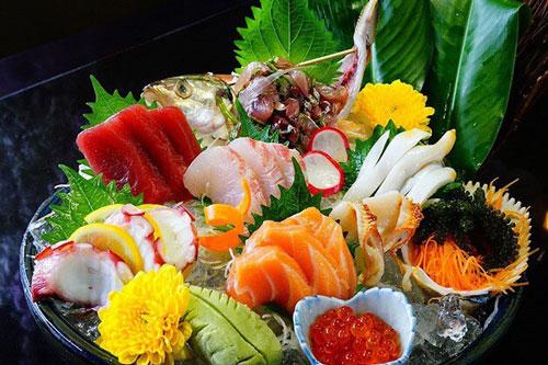 Ăn cá hồi có thể giúp giữ cân bằng được tình trạng viêm xảy ra trong mỗi đợt viêm loét đại tràng bùng phát. Ảnh: Internet.