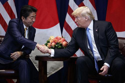 Thủ tướng Nhật Bản Abe Shinzo và Tổng thống Mỹ Donald Trump. (Ảnh: AP)