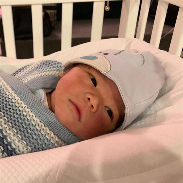 Quý tử 1 tháng tuổi của Lan Khuê lần đầu được ra ngoài chơi Noel, tỉ lệ thân hình bố John Tuấn bên con chiếm spotlight - Ảnh 2.