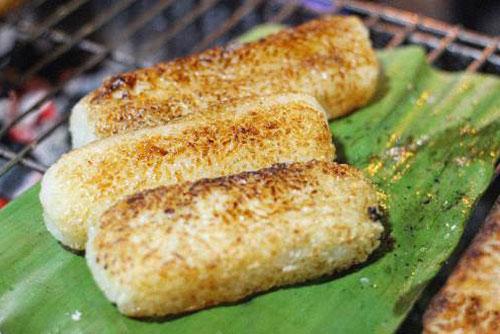 Chuối nếp nướng là một trong những món ngon khó cưỡng từ chuối được yêu thích trong những ngày lành lạnh. Nguyên liệu để làm ra món ăn này rất đơn giản gồm gạo nếp, chuối, nước cốt dừa và vừng rang. Phần gạo nếp sau khi được nấu chín sẽ trộn cùng với nước cốt dừa và vừng. Tiếp đó, người ta sẽ bọc phần cơm nếp này bên ngoài quả chuối và nướng vàng đều các mặt với lửa nhỏ.