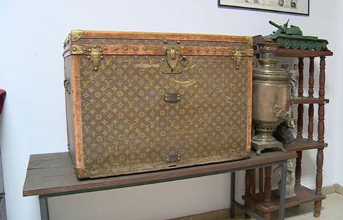 Chiếc rương Louis Vuitton được dùng để đựng ngô. Ảnh: Ruptly.
