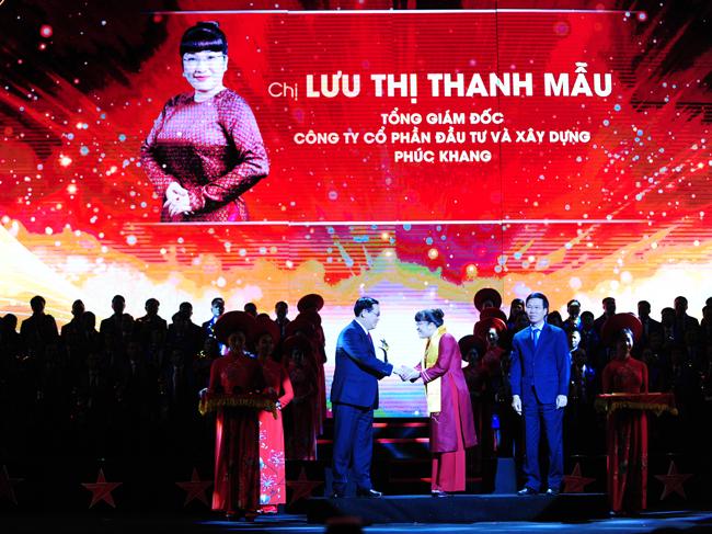 Phó Thủ tướng Vương Đình Huệ trao giải thưởng Sao Đỏ cho bà Lưu Thị Thanh Mẫu, CEO Phuc Khang Corporation (ảnh PK)