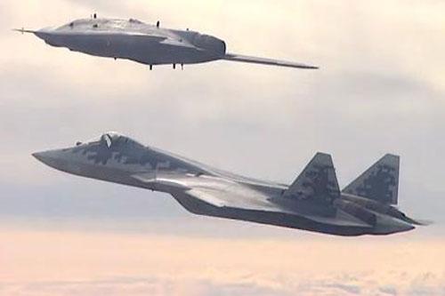 Tiêm kích Su-57 bay cùng Okhotnik S-70.